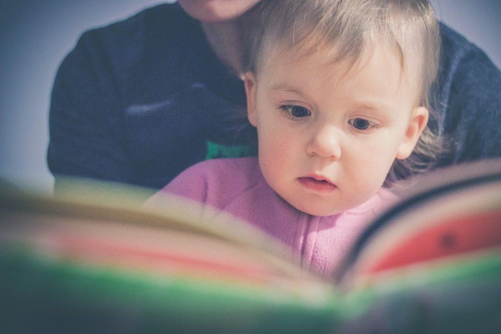 un parent qui lit une histoire à son enfant