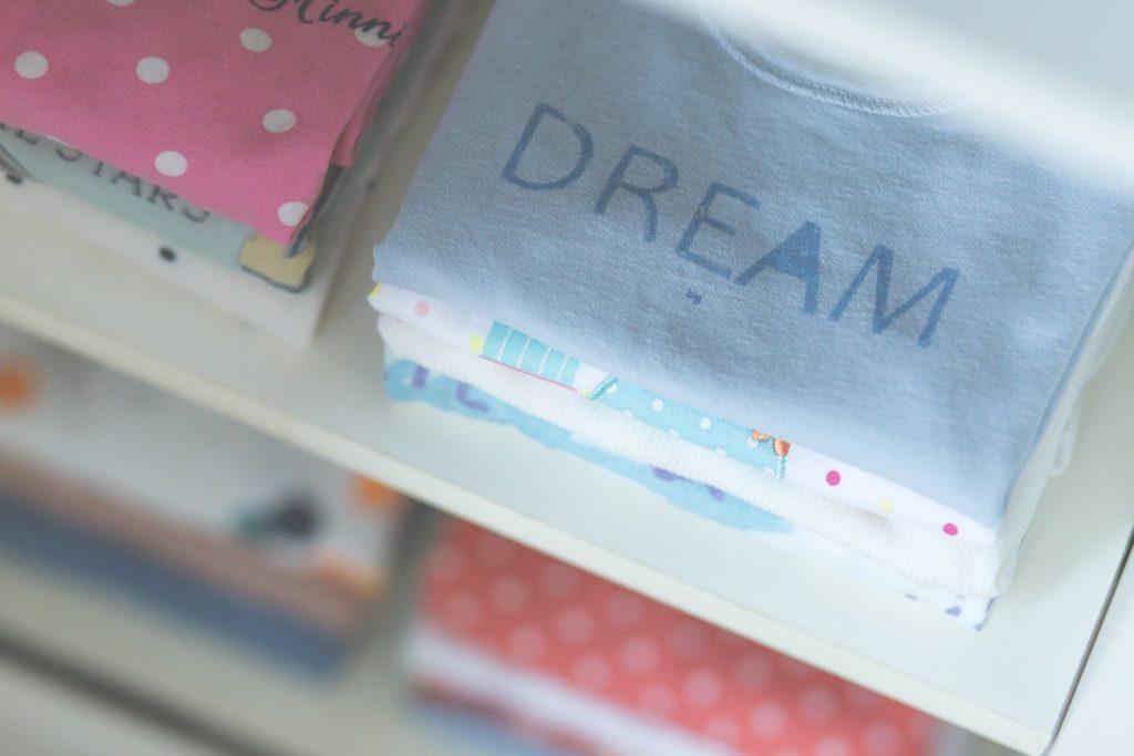 les vêtements d'une fillette bien rangés dans son armoire