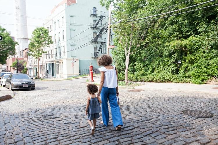 une petite fille qui va à l'école avec sa maman