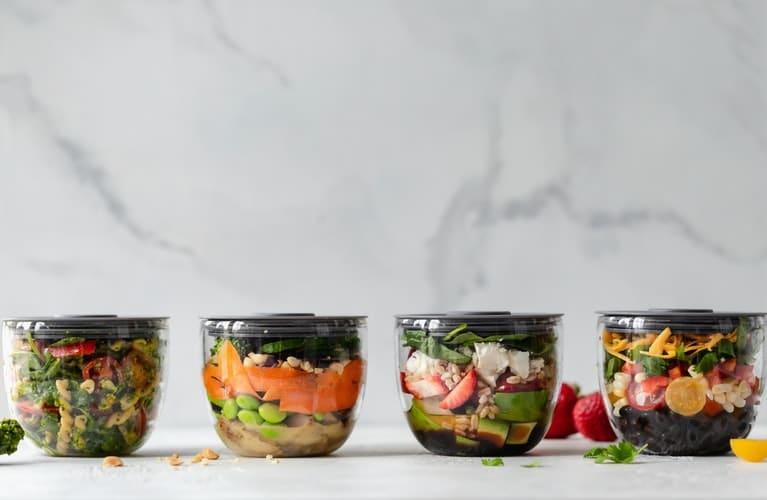Rentrée des classes : différents plats dans des boites en plastique en guise d'idées de snack pour enfant