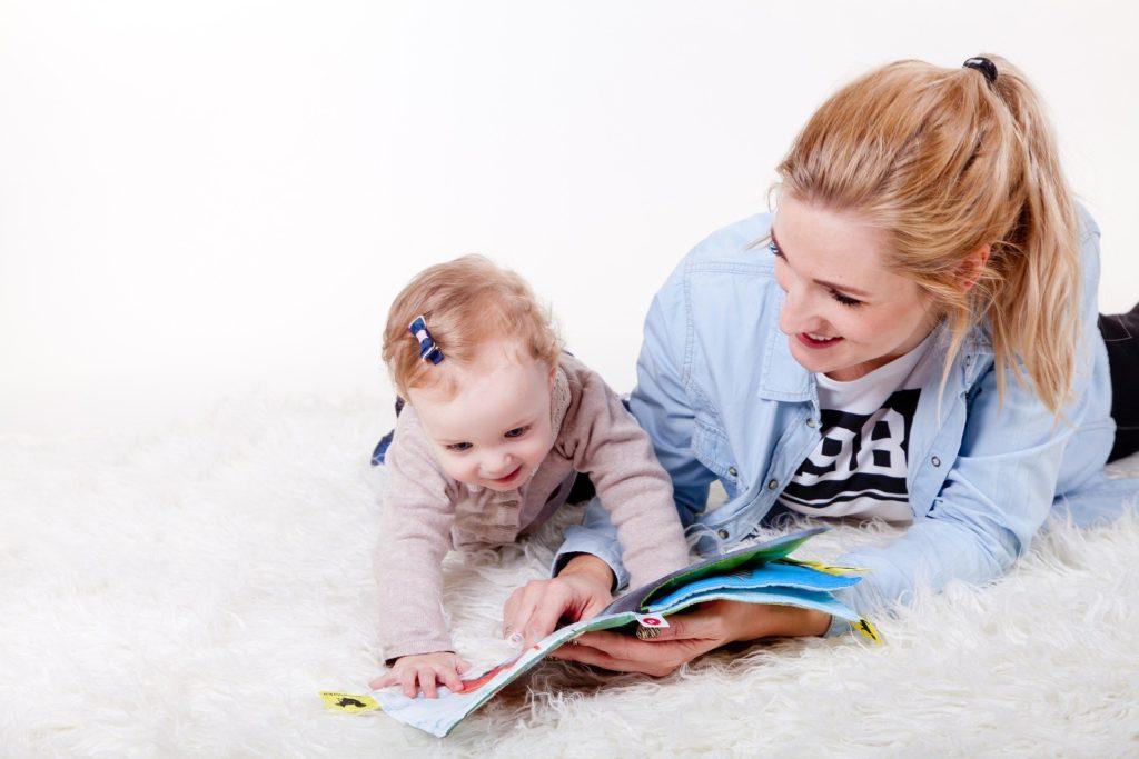 une babysitter qui s'amuse avec le bébé qu'elle garde