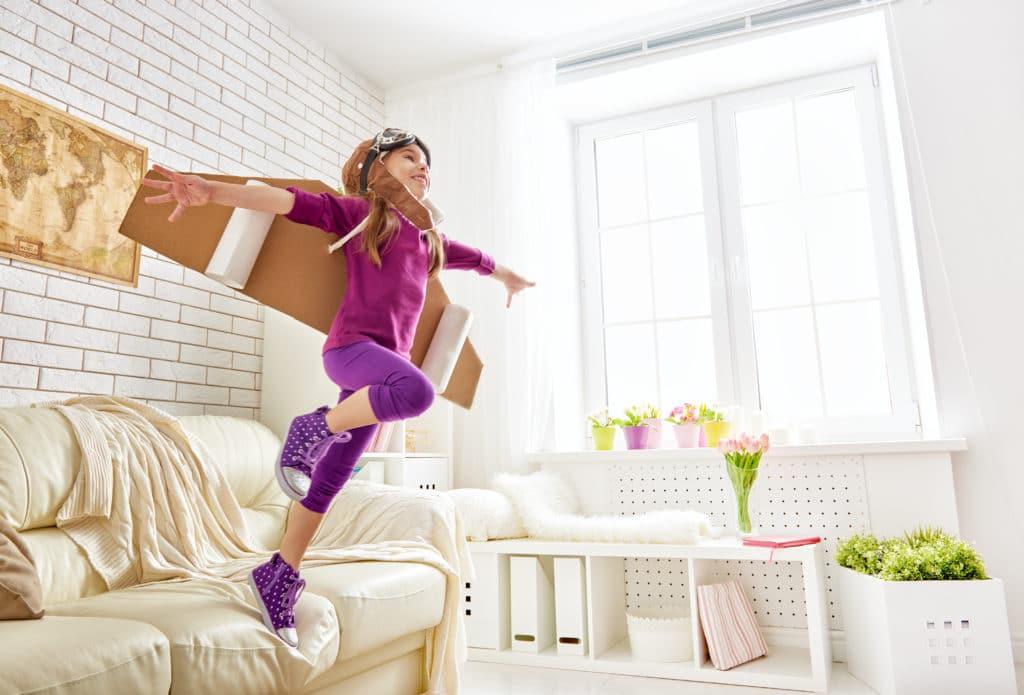 babysitter paris, trouver une nounou à paris  : une petite fille qui s'amuse durant sa garde d'enfant