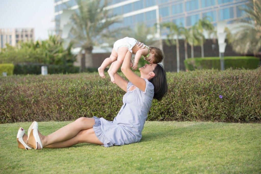 garde d'enfants périscolaire : une babysitter qui joue avec l'enfant qu'elle garde