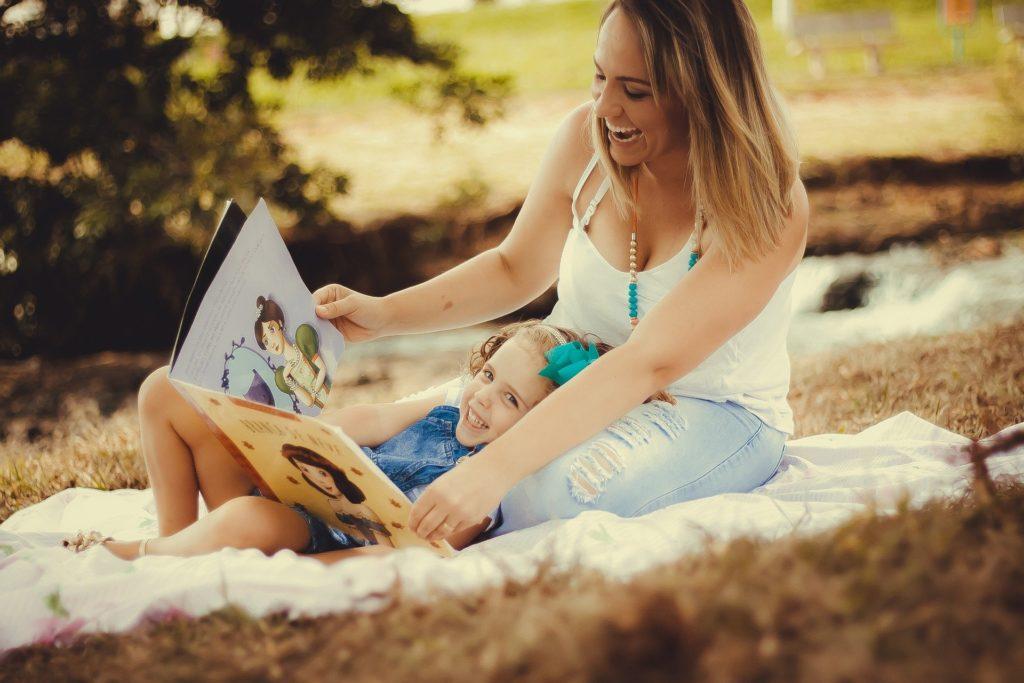 une maman et une petite fille en train de feuilleter un livre