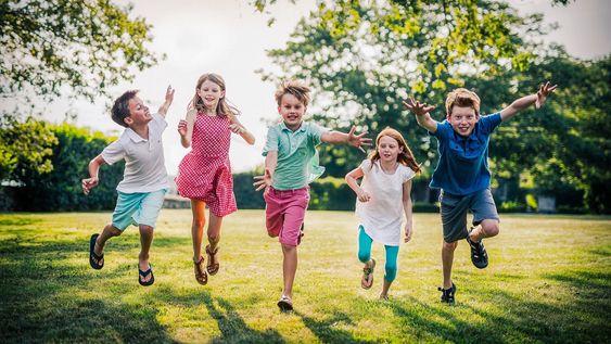 jeux pour apprendre l'anglais aux enfants : des enfants qui s amusent dans un parc