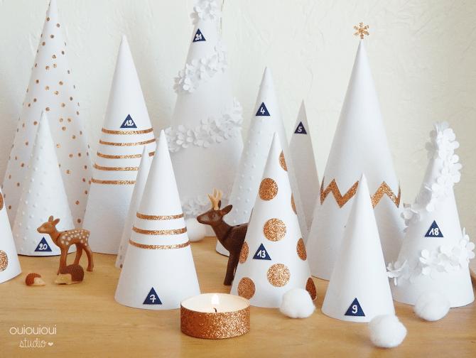 Calendrier de l'avent 2020 cones blancs décorés représentant des sapins