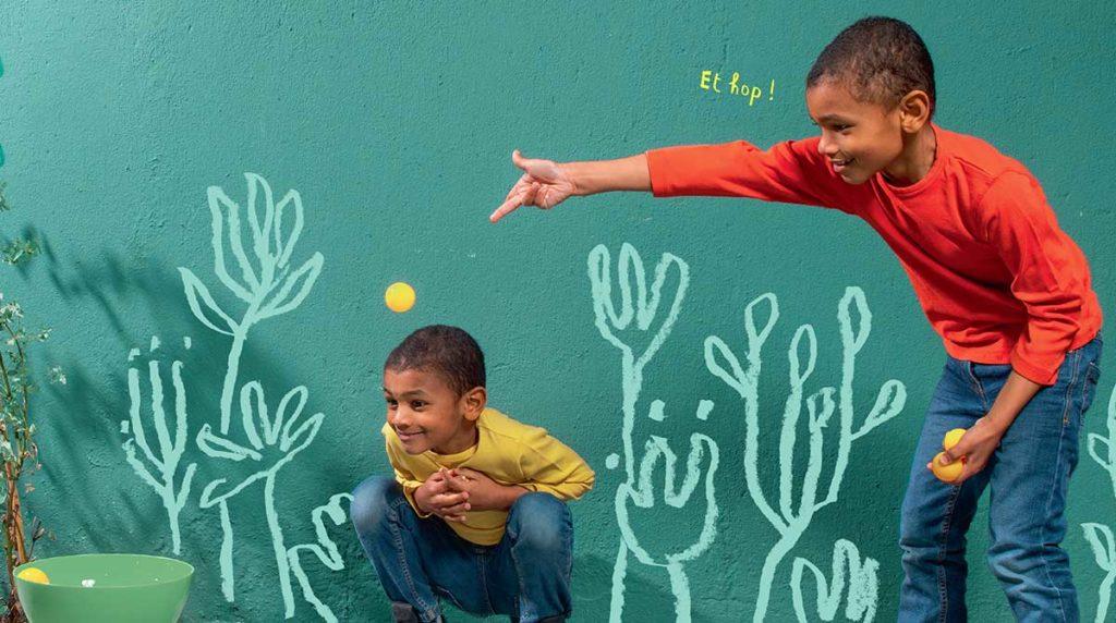 babysitting le mercredi : deux petits garçons qui jouent à plouf poussin