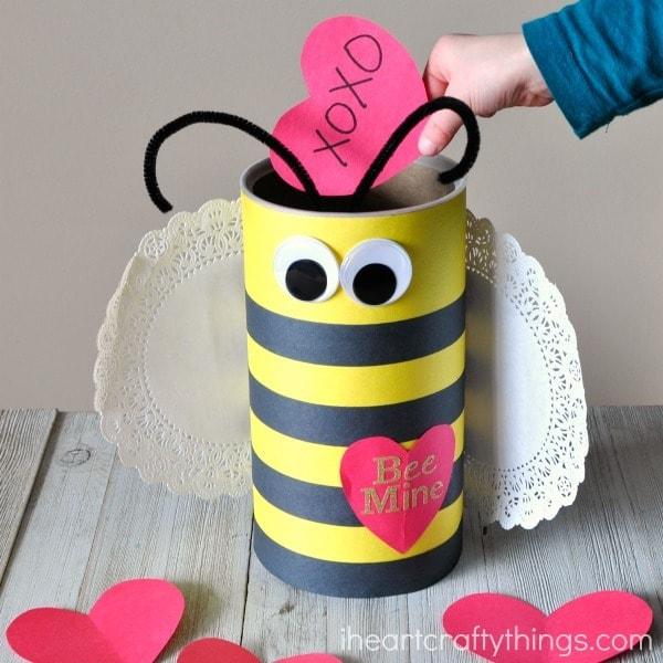 Bee mine DIY pour enfants :  cylindre sous forme d'abeille pour petits mots d'amour