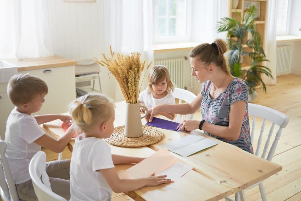 recherche babysitter : une nounou top faisant une activité manuelle avec des enfants