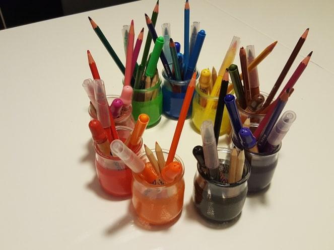 des pots de couleur Montessori pour ranger ses stylos, couleurs et crayons par couleur