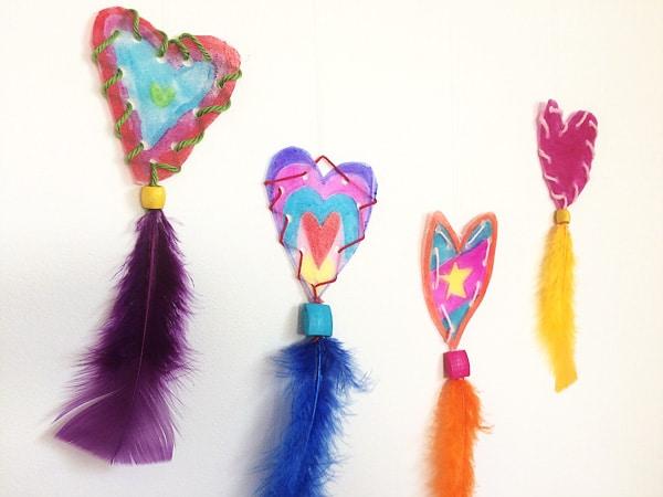 Activité saint valentin : des attrape-coeurs colorés à faire avec les enfants