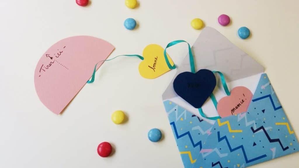 une carte de la saint valentin avec plein de coeurs