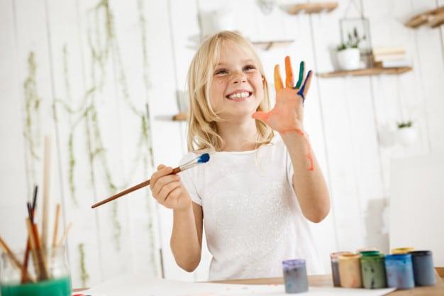 garde d'enfant à domicile : enfant en train de peindre