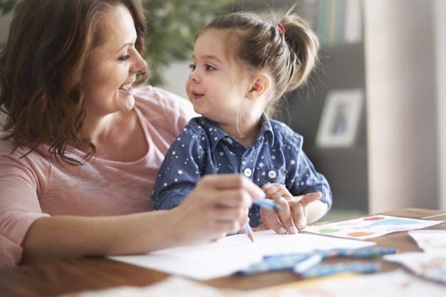 dessin enfant : une maman qui dessine avec sa petite fille