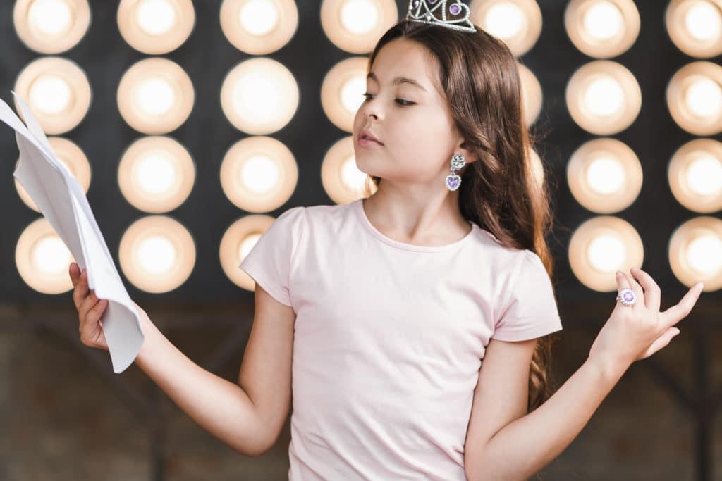 garde d'enfant à domicile : activité théâtre, une petite fille qui interprète un rôle