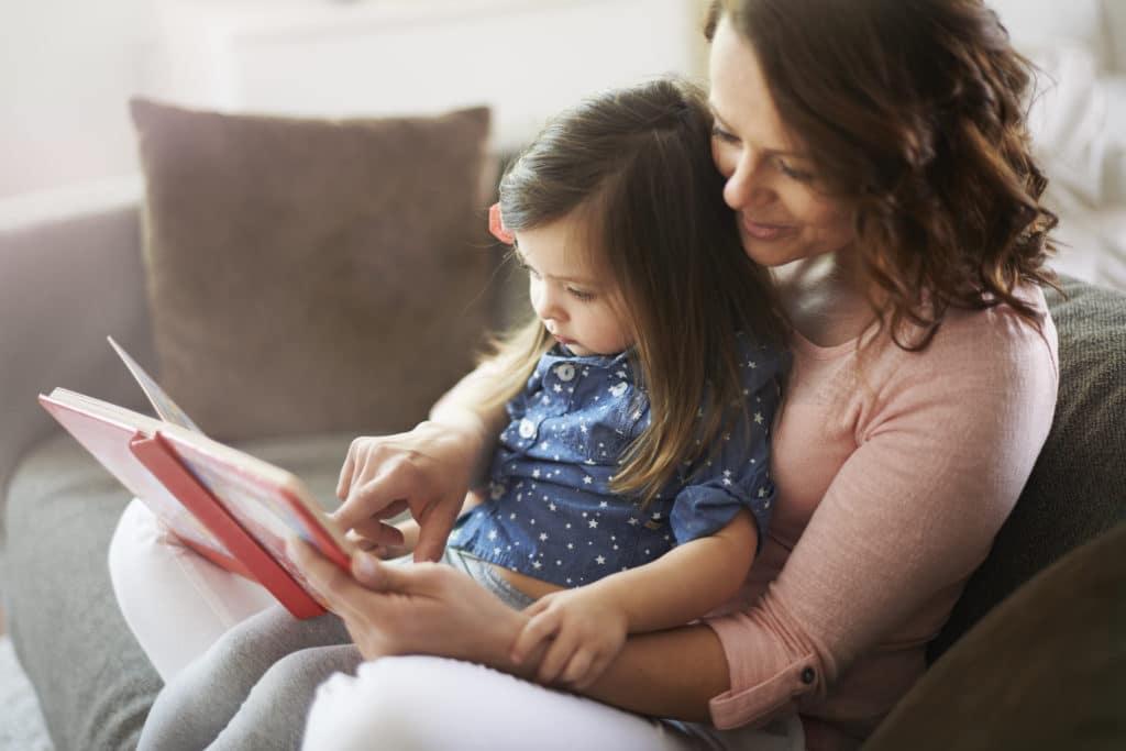 un moment lecture entre mère et fillette