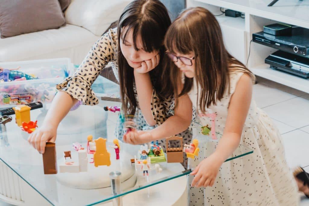 Agence baby sitting : une babysitter Kidlee qui joue avec la fillette qu'elle garde