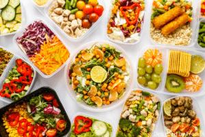 une photo exposant divers lunchbox avec différents repas