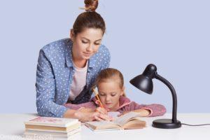 dictée cm1 : une babysitter qui aide une petite fille à faire ses devoirs
