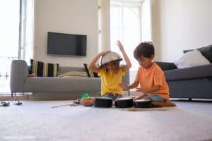 Nounou à domicile : deux enfants en train de jouer