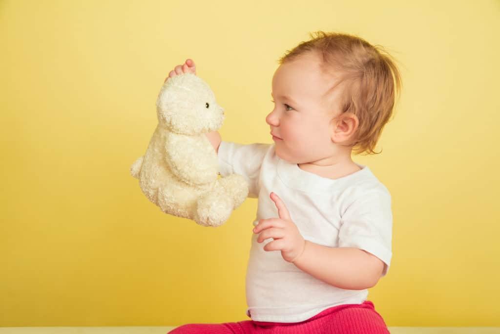 Enfant qui observe sa peluche