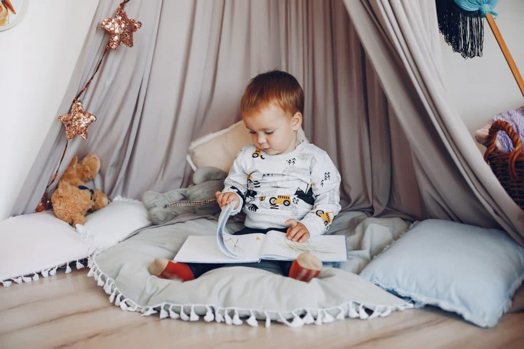 Imagier Montessori : Enfant plongé dans son livre
