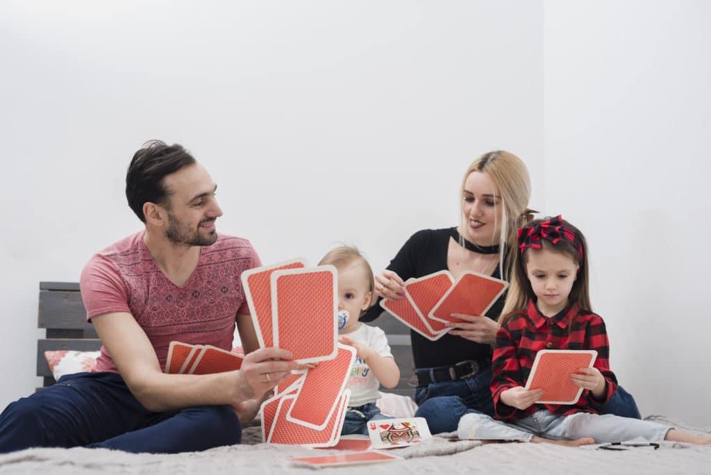 Petite famille qui joue aux cartes