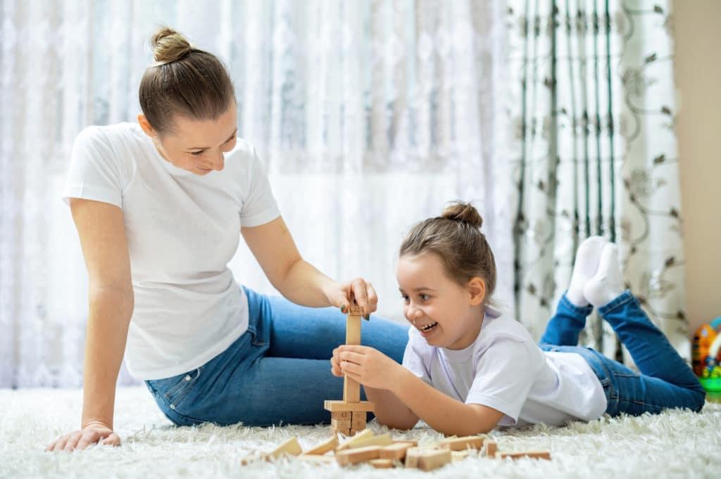 Baby sitter en pleine activité avec une petite fille