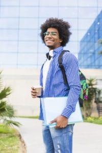 un jeune homme s'apprêtant à rejoindre son université
