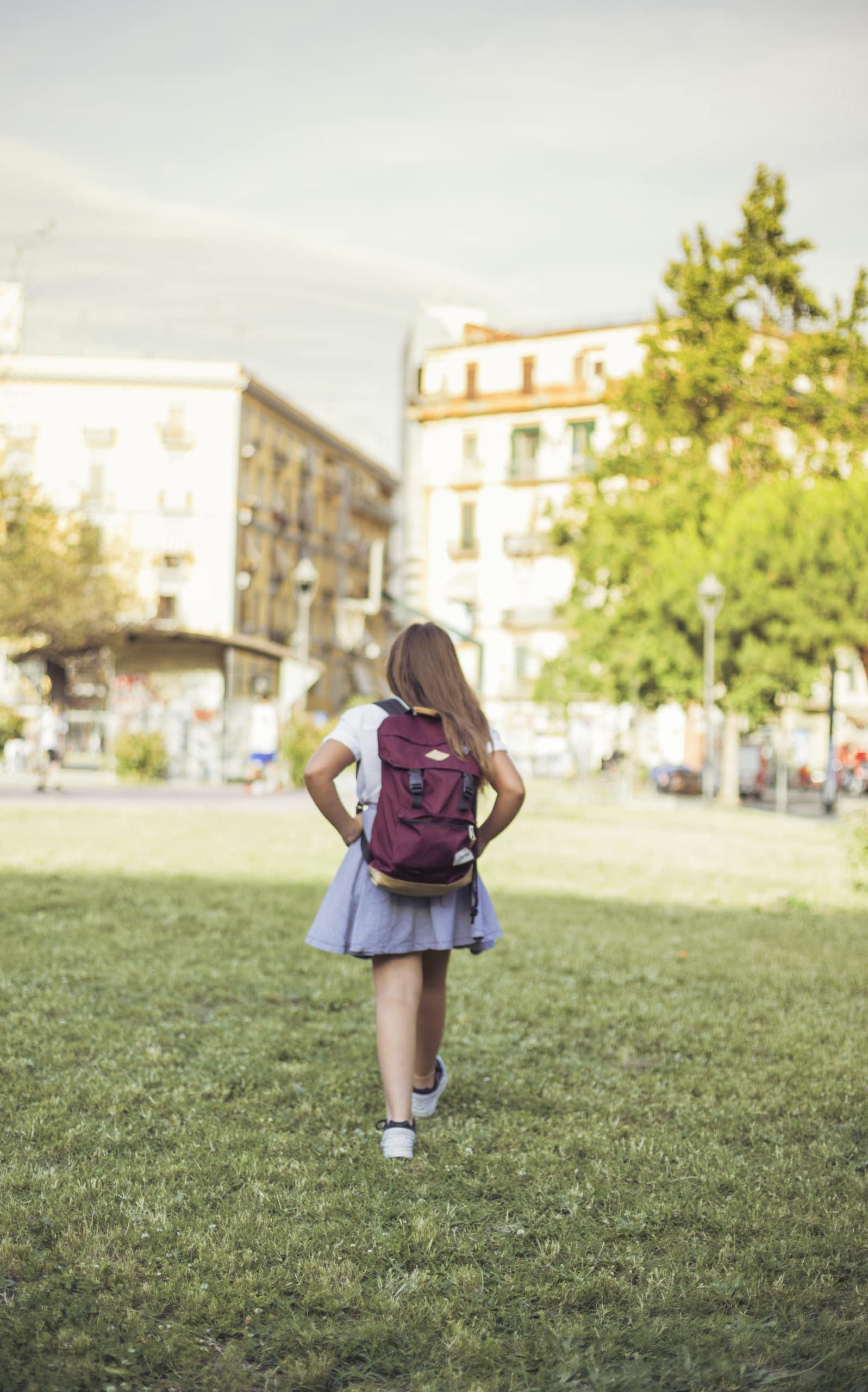 Garde périscolaire : petite fille sortant de l'école