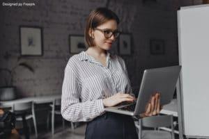 Job étudiant : une fille qui prépare son cv