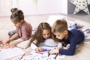 tarif nounou à domicile : 3 enfants en train de jouer.