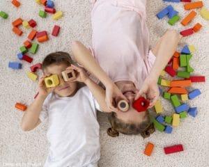 tarif garde d'enfants : deux enfants en train de jouer