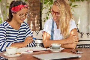 Nounou à domicile : deux femmes en train de discuter