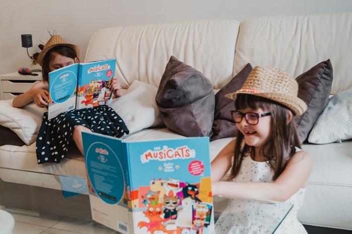 deux petites filles en train de s'amuser en feuilletant des livres