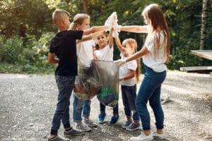 Environnement : un groupe d'enfant en train de recycler les déchets