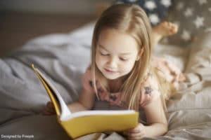 rituel du coucher : une fille en train de lire une histoire