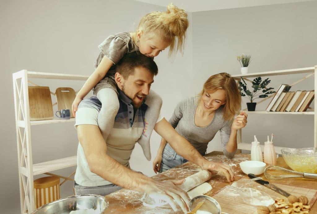 Jeux quand on s'ennuie : parents en cuisine avec leur enfant