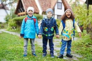 Activité périscolaire : 3 enfants à la sortie de l'école