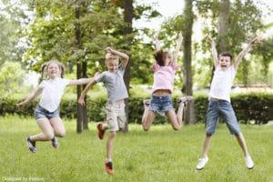 activité périscolaire : Des enfants qui sautent