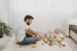 comment faire du babysitting : un baby-sitter ne train de jouer avec un enfant