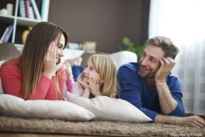 Activité périscolaire : des parents en train de discuter avec leur fille