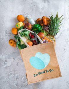 vie étudiante : un colis de chez Too Good To Go contenant des fruits et légumes