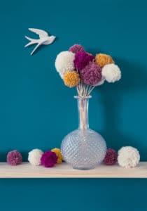 Cadeau fête des mères DIY : un vase avec des fleurs en pompon
