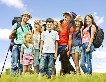 un groupe de jeunes profitant de la joie des camps de vacances
