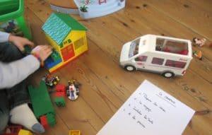 Un enfant en train de jouer avec ses playmobils