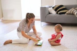 Babysitting régulier : une nounou en train de jouer avec un enfant