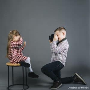 Roman photo : un enfant en train de prendre une photo