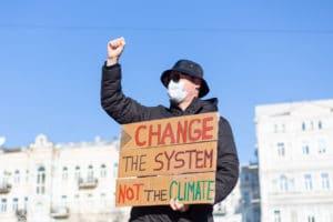 écologie définition : un homme en train de manifester pour la planète.