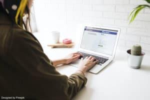 Une femme qui utilise son ordinateur